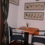 tavolo e sedie in alloggio